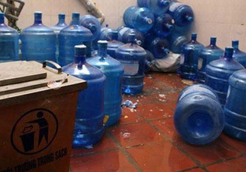 Bình nước lọc tẩy bằng axit: Dân văn phòng, phụ huynh hoang mang