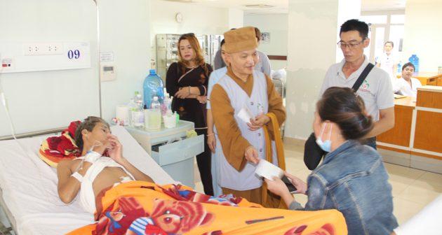 Đà Nẵng: Phật tử tặng quà bệnh nhân ung bướu