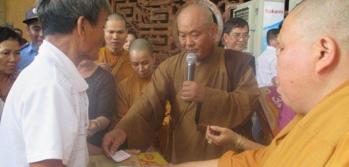 Pháp viện Minh Đăng Quang tặng 600 phần quà