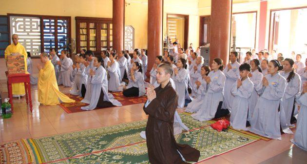 Phật tử hành hương cúng dường, tặng quà từ thiện