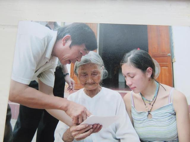 Olia, bà nội đọc thư của ông Dinh.